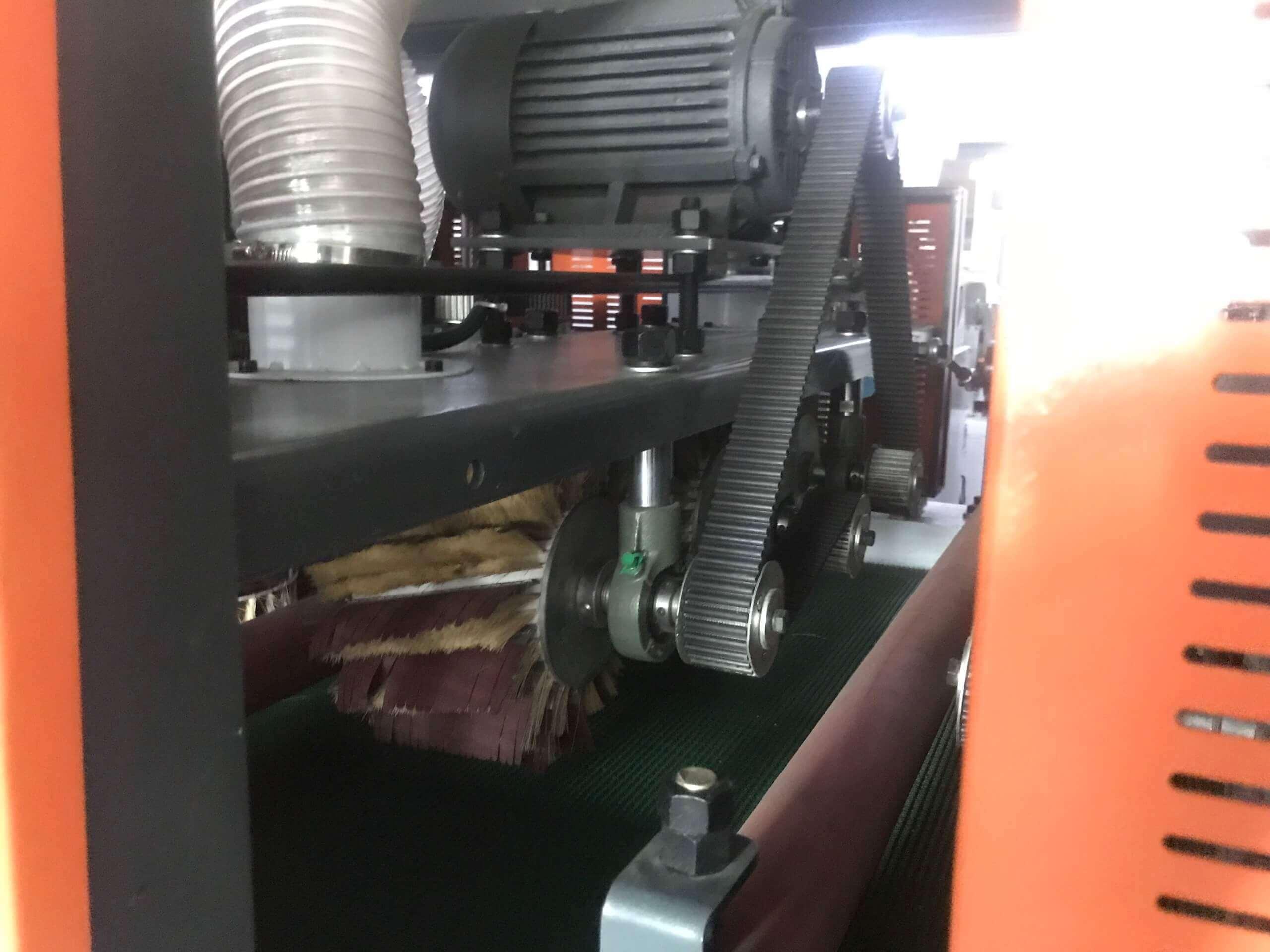Máy chà nhám chổi sử dụng 6 hàng trục chổi định dạng để đem lại hiệu quả chà nhám tốt nhất. * 2 hàng trục chà xoay ngang hướng băng tải *2 hàng trục chà đia đứng * 2 hàng trục ngang chà theo chiều dọc hướng băng tải Máy tối ưu chà các loại sản phẩm như : Cánh cửa, ván veneer, ván sơn xả lót, các định dạng tấm có profile trên bề mặt…